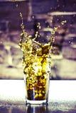 het bespatten uit het glas Koude thee Royalty-vrije Stock Afbeeldingen