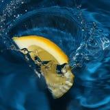 Het bespatten van de citroen in water royalty-vrije stock foto's