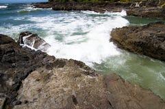 Het bespatten van de golf op rotsachtige kust Royalty-vrije Stock Foto's