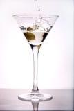 Het bespatten van de olijf in Martini Royalty-vrije Stock Foto