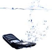 Het bespatten van de telefoon in water - sluit hoog Stock Afbeelding