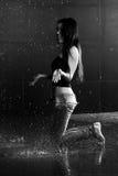 Het bespatten van het meisje in water Stock Foto's