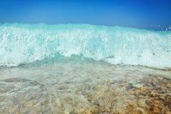Het bespatten van het water Blauwe hemel boven het strand in het zonzenit ref Royalty-vrije Stock Foto's