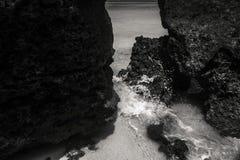 Het bespatten van het water Glasheldere zeewaterafstraffing tegen roc royalty-vrije stock foto's