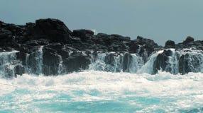 Het bespatten van het water over rotsen Stock Fotografie