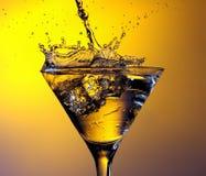 Het bespatten van het water in wijnglas Stock Foto