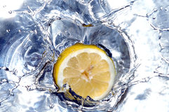 Het bespattende water van de citroen Royalty-vrije Stock Fotografie