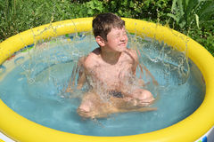 Het bespattende water van de jongen Stock Afbeeldingen