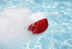 Het Bespattende Water van de strandbal Royalty-vrije Stock Afbeelding