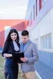 het bespreken van documenten door Partners Stock Foto's