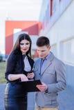het bespreken van documenten door Partners Stock Fotografie