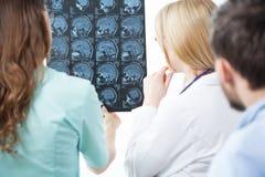 Het bespreken van een MRI stock afbeeldingen