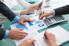 Het bespreken van financieel document Stock Afbeeldingen