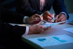 Het bespreken van financieel verslag stock foto's