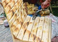 Het bespuiten kleur op rieten stoel, Indische ambachtenmarkt stock foto's