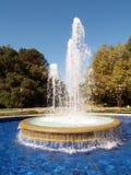 Het bespuiten van de fontein omhoog met pool van water royalty-vrije stock foto's