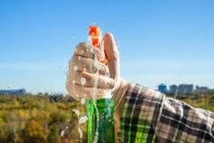 het bespuiten van het detergens op glas stock afbeelding