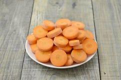Het beste voedsel voor ogen op witte plaat sneed wortelen Stock Foto
