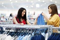 Het beste vrienden winkelen Stock Foto