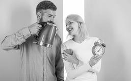 Het besteden goedemorgen samen Bereid favoriete drank in notulen voor De moderne apparaten maken ons leven gemakkelijker Het paar stock foto's