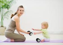Het besteden van de moeder en van de baby tijd in gymnastiek Royalty-vrije Stock Fotografie