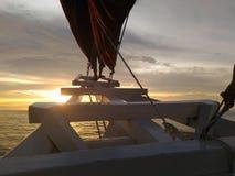 Het besteden zonsondergangtijd aan boord van traditionele Phinisi-boot in de Straat van Makassar, Zuiden Sulawesi, Indonesië, Azi stock fotografie