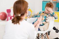 Het bestrijden van zijn verveling om definitieve therapieresultaten te bereiken stock foto's