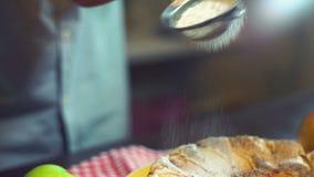 Het bestrooien van gepoederde suiker in langzame motie De decoratie van de cake stock video