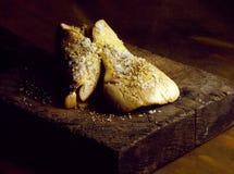 Het bestrooien van zout en peper op foiegras Royalty-vrije Stock Afbeeldingen