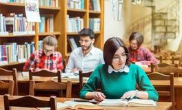 Het bestuderen in de bibliotheek stock fotografie