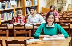 Het bestuderen in de bibliotheek stock foto