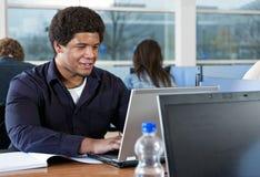 Het bestuderen in de bibliotheek Stock Foto's