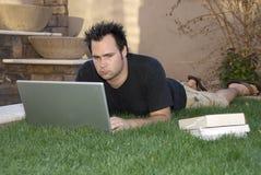 Het bestuderen in het gras stock fotografie