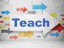 Het bestuderen van concept: pijl met Teach op de achtergrond van de grungemuur Royalty-vrije Stock Afbeeldingen