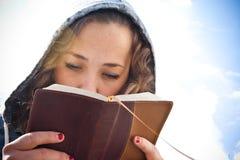 Het bestuderen van de Bijbel Stock Afbeeldingen
