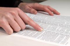 Het bestuderen van de Bijbel royalty-vrije stock afbeeldingen