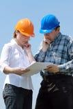 Het bestuderen van de bouwplannen Stock Afbeeldingen