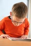 Het bestuderen van de jongen. Royalty-vrije Stock Afbeelding