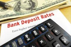 Het bestuderen van de tarieven van de bankstorting Stock Foto's