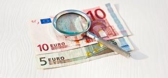 Het bestuderen van Euro munt Royalty-vrije Stock Fotografie