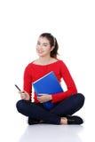 Het bestuderen van het nadenkende jonge notitieboekje van de vrouwenlezing. Royalty-vrije Stock Foto