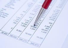 Het bestuderen van verkoopprojecties. Stock Afbeeldingen