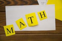 Het bestuderen van Wiskundeconcept op donkere houten achtergrond royalty-vrije stock afbeeldingen