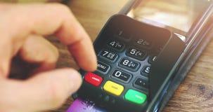 het betalen door creditcard - hand die speldcode ingaan