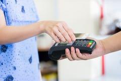 Het betalen door smartphone gebruikend NFC Stock Fotografie