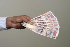 Het betalen in Indische Roepie Stock Foto