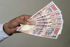 Het betalen in Indische Roepie Royalty-vrije Stock Afbeeldingen