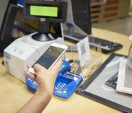 Het betalen met mobiele telefoon Stock Foto