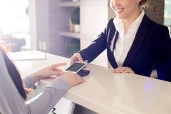Het betalen met Modern Smartphone stock foto's