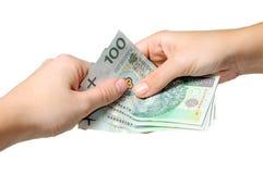 Het betalen met poetsmiddelbankbiljetten - zloty 100 Stock Fotografie